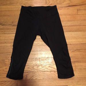 Lululemon black workout capri pants - sz 6